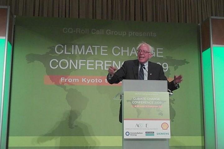 """""""לא אני, אנחנו"""" - גם בנושאי אקלים. סנדרס נואם בוועידת אקלים (פליקר CC BY 2.0)"""