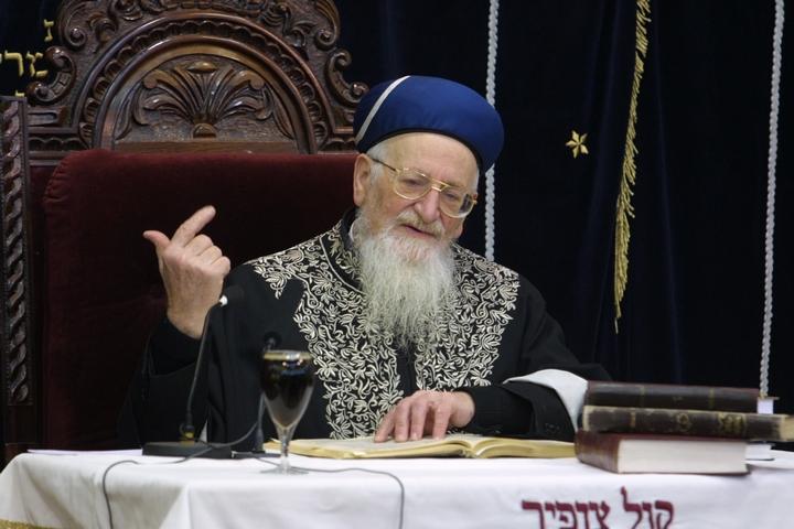 הרב מרדכי אליהו, לשעבר הרב הראשי הספרדי, ב-2003 (צילום: פלאש90)