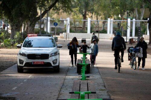 ניידת משטרה בגן מאיר בתל אביב, ב-21 במרץ 2020 (צילום: אורן זיו)
