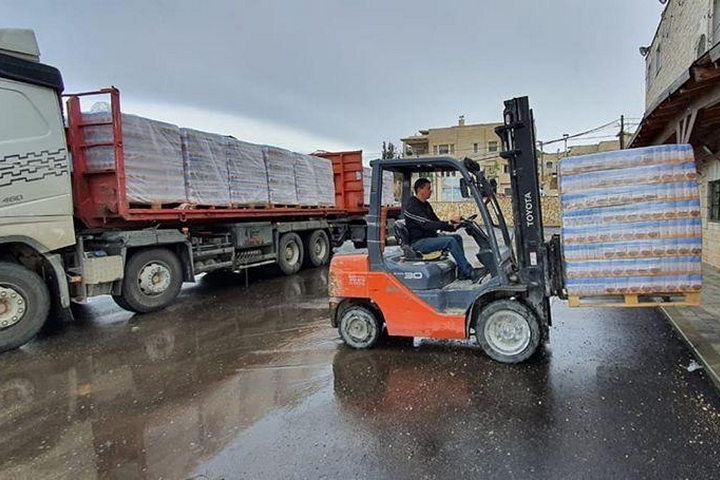 מחלקים מזון לנזקקים (צילום: באדיבות התנועה האסלאמית)