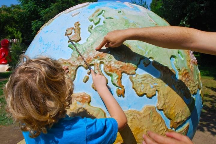 ילד לומד גיאוגרפיה (אילוסטרציה: peakpx)
