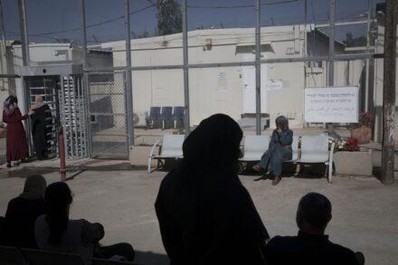 גם המינימום שאפשר להשיג משלטונות הכיבוש יכול להיות מהותי. פלסטינים ממתינים לדיון בבית המשפט בעופר (צילום: אורן זיו)