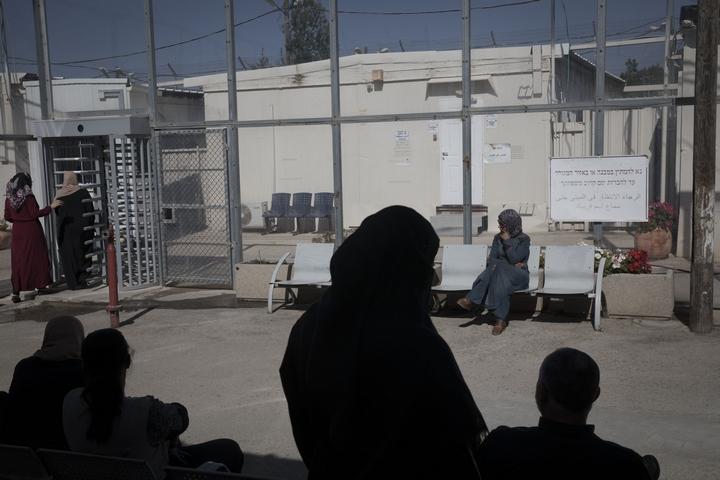אנשים ממתינים לדיון בבית המשפט בעופר (צילום: אורן זיו)