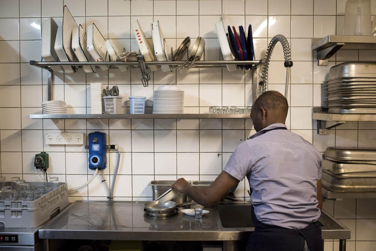 בגלל שאין להם מעמד חוקי, מבקשי המקלט לא זכאים לדמי אבטלה או פיצויי פיטורים. שוטף כלים במסעדה בתל אביב (צילום: אורן זיו)