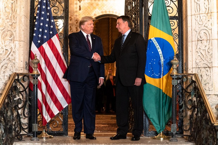 לחיצת יד שאולי העבירה את וירוס הקורונה בין שני המנהיגים. הנשיא האמריקאי דונלנד טראמפ ונשיא ברזיל ז'איר בולסונארו בפגישתם האחרונה בוושיגנטון (צילום: הבית הלבן)