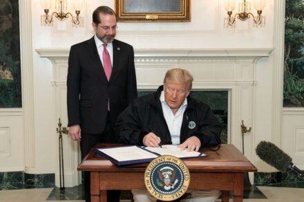 """נשיא ארה""""ב, דונלד טראמפ, חותם על חבילת הסיוע להתמודדות עם הקורונה, ב-6 במרץ 2020. משמאל: שר הבריאות ושירותי אנוש, אלכס אזר (צילום: הבית הלבן)"""