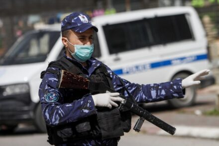 לרשות אין שליטה על מי שנכנס אליה. שוטר פלסטיני במחסום בגדה המערבית (צילום: נאסר שתאיה / פלאש 90)