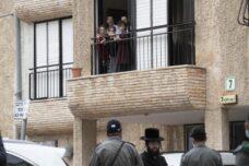 רוב מוסדות הלימוד החרדיים לא בנויים ללימוד מרחוק. ילדים בבני ברק צופים לרחוב בזמן הסגר הקורונה (צילום: אורן זיו)