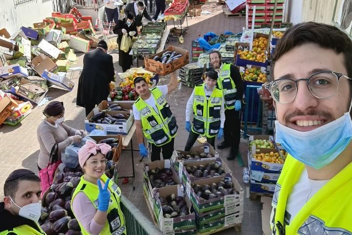 60 אחוז חרדים, 30 אחוז חילונים, 10 אחוז ערבים. מתנדבים בארגון ידידים מכינים חלוקת מזון (צילום: ידידים)