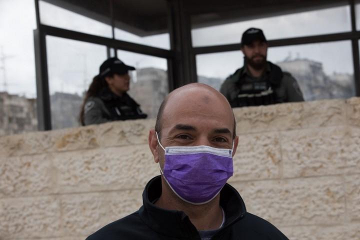 את מושל ירושלים הפלסטיני עצרו כבר 26 פעמים. פלסטיני על רקע שוטרים ישראלים בשער שכם (צילום: נתי שוחט / פלאש 90)