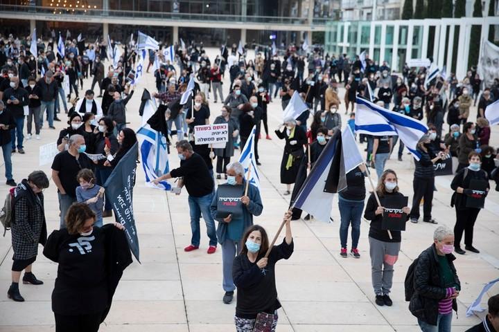 מחאות פיזיות אפשריות, אבל מעוררות התנגדות בטענה לסכנה לבריאות הציבור. הפגנה בעד הדמוקרטיה בכיכר הבימה בתל אביב (צילום: אורן זיו)