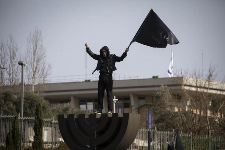 """אף אחד לא נקלע במקרה להפגנה בשדרות רוטשילד וירטואליות. הפגנת """"הדגלים השחורים"""" מול הכנסת (צילום: אורן זיו)"""