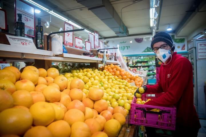 מוסדות מטילים על האזרחים את האחריות להצהיר אם הם חולים. קונה בסופמרקט בזמן קורונה (צילום: יונתן זינדל / פלאש 90)0)