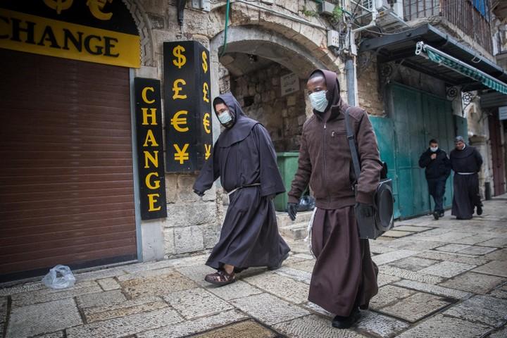 """הוואקף הודה למלך ירדן על תמיכתו ב""""צומוד"""" של תושבי ירושלים. נזירים נוצרים בעיר העתיקה בירושלים (צילום: יונתן זינדל . פלאש 90)"""