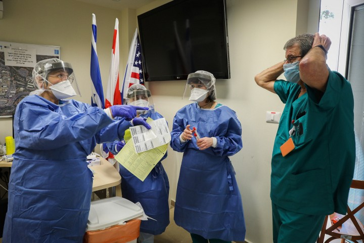 גם מנהיגים ניאו-ליברלים מובהקים אינם יכולים להתנגד לדרישה להציל את הקורבנות עכשיו. צוות רפואי בהדסה מתכונן לטיפול בחולה קורונה (צילום: יוסי זמיר / פלאש 90)