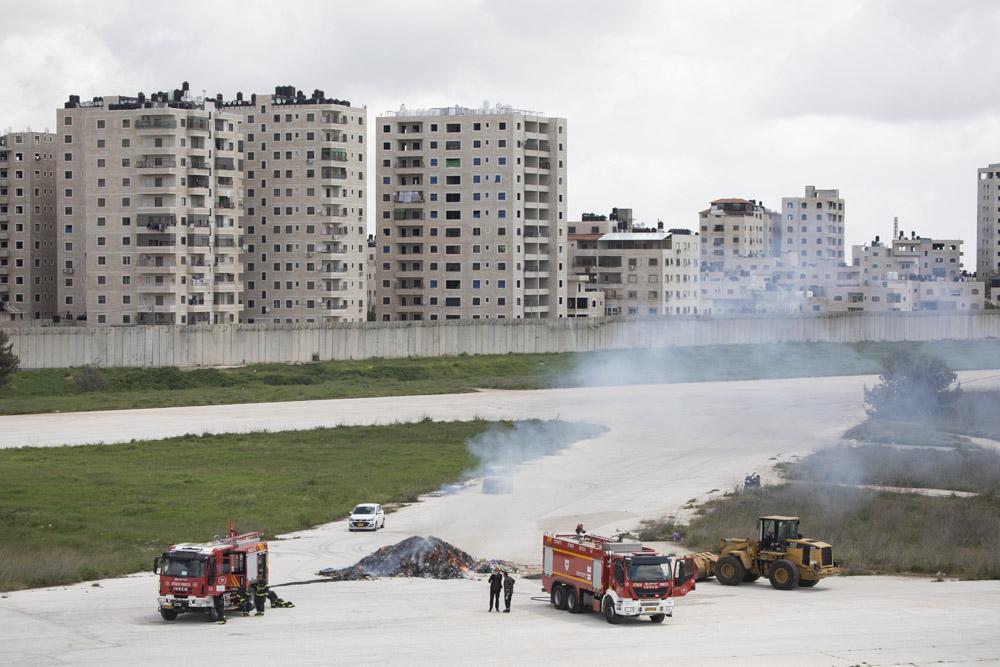 שריפת חמץ של עיריית ירושלים בשדה התעופה עטרות שבמזרח ירושלים, ערב פסח ,8 במרץ 2020 (צילום: אורן זיו)