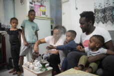 """דיוקנו של משבר: סיבוב מצולם בין מבקשי מקלט בדרום ת""""א"""