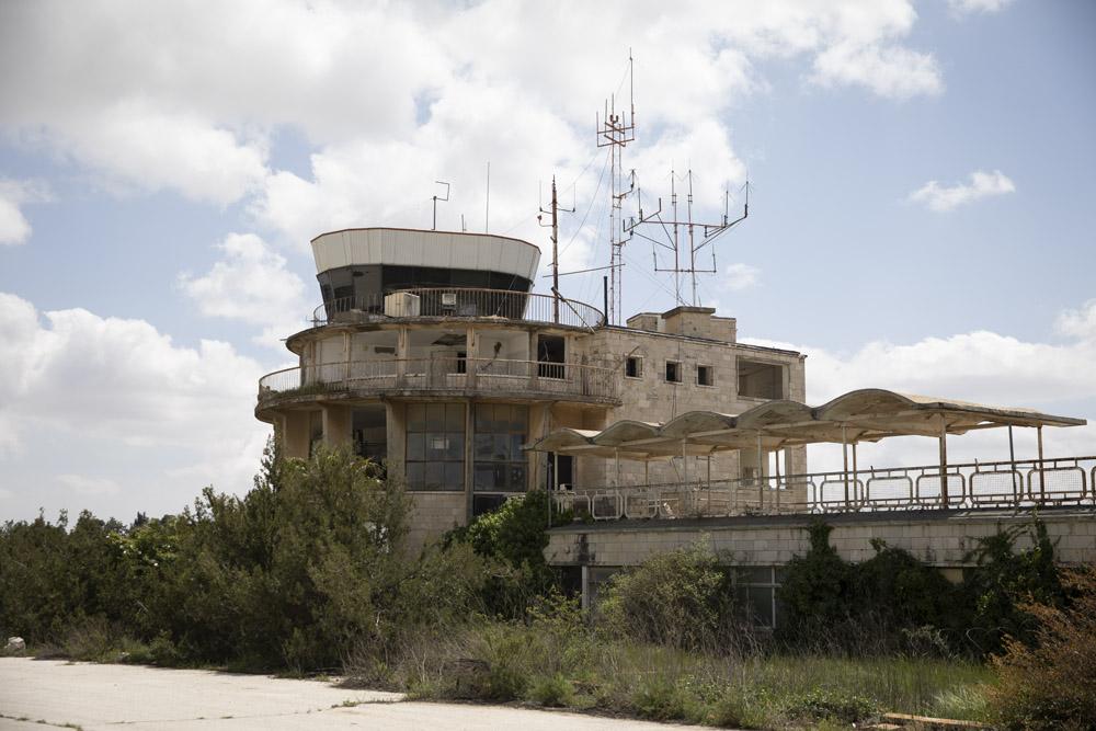 מגדל הפיקוח בשדה התעופה עטרות שבמזרח ירושלים ,8 במרץ 2020 (צילום: אורן זיו)