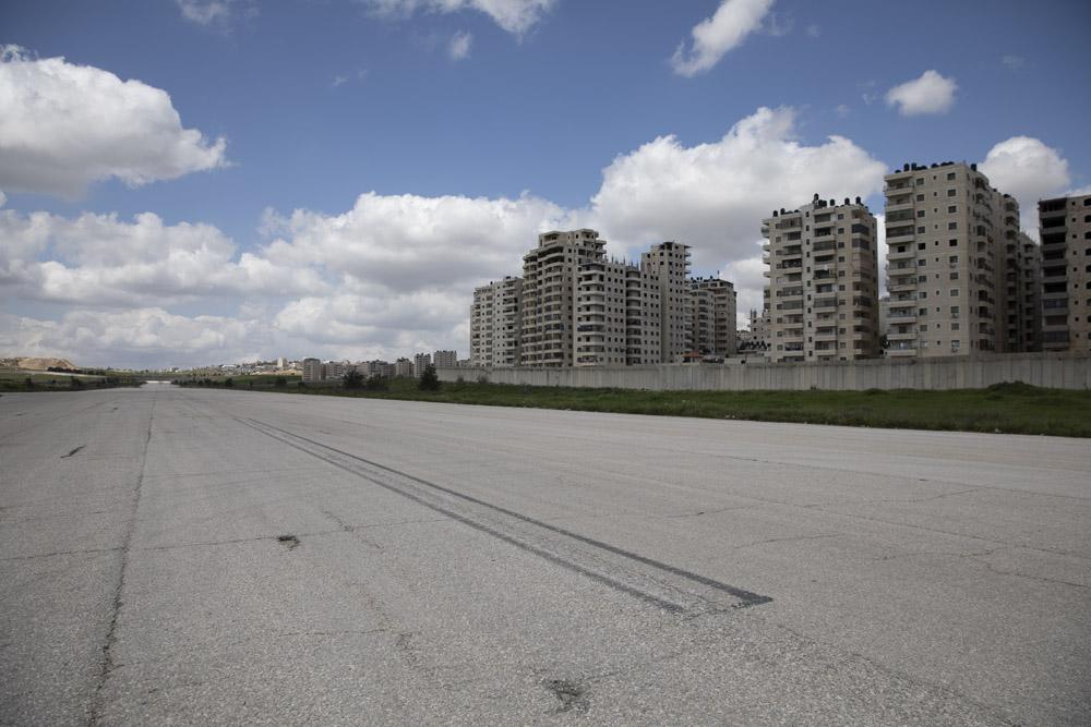 מסלול המראה במקביל לחומת ההפרדה. במקום הזה אמורה לקום שכונה עם 9,000 יחידות דיור (צילום: אורן זיו)