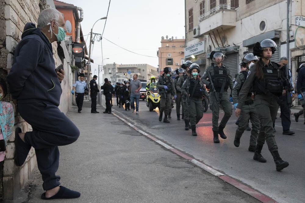 עימותים בין שוטרים לצעירים אחר שהמשטרה עצרה באלימות ארבעה צעירים ופצעה אישה, 1 באפריל (צילום: אורן זיו)