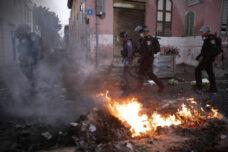 עימותים בין שוטרים לצעירים ביפו, אחר שהמשטרה עצרה באלימות ארבעה צעירים ופצעה אישה, ב-1 באפריל 2020 (צילום: אורן זיו)