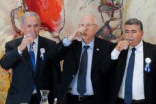 """ראש הממשלה בנימין נתניהו, הנשיא ראובן ריבלין ויו""""ר מפלגת העבודה עמיר פרץ, במושב הפתיחה של הכנסת ה-20, ב-31 במרץ 2015 (צילום: מרים אלסטר / פלאש90)"""