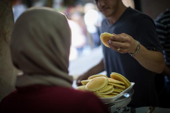 אישה מוכרת מאכלים מסורתיים לארוחת האִפְטַאר ברמדאן, בעיר העתיקה בירושלים, ב-1 ביוני 2017 (צילום: הדס פארוש / פלאש90)