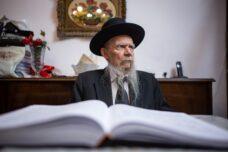 הרב גרשון אדלשטיין, ראש ישיבת פוניבז', בביתו בבני ברק ב-2018 (צילום: אהרון קרון / פלאש90)