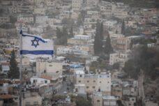 דגל ישראל מתנופף מעל שכונת סילואן בירושלים, ב-25 בדצמבר 2019 (צילום: הדס פארוש / פלאש90)
