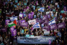 מרוסק אך עדיין לא מת. הפגנת שמאל בתל-אביב (מרים אלסטר / פלאש 90)