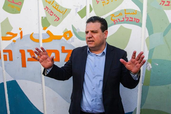 """יו""""ר הרשימה המשותפת ח""""כ איימן עודה מצביע בחיפה בבחירות ב-2 במרץ 2020 (צילום: פלאש90)"""
