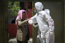 עובדים פלסטינים מנקים רחובות בשכם במאמצים לעצור את התפשטות הקורונה, ב-3 באפריל 2020 (צילום: נאסר אישתייה / פלאש90)