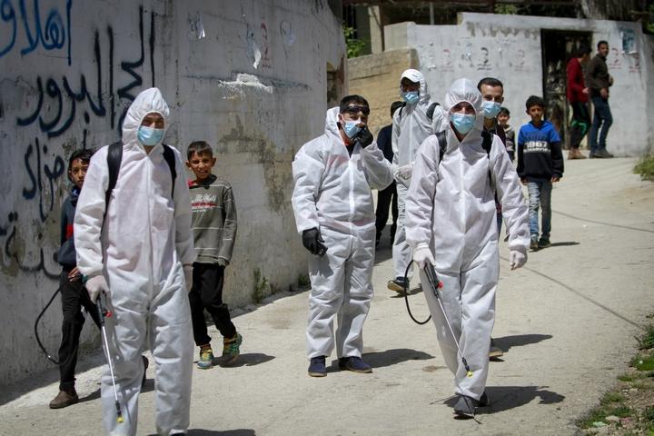 עובדים פלסטינים מבצעים פעולות חיטוי וניקוי בשכם, במסגרת ניסיון למניעת התפשטות מגיפת הקורונה, ב-2 באפריל 2020 (צילום: נאסר אישתיאה / פלאש90)