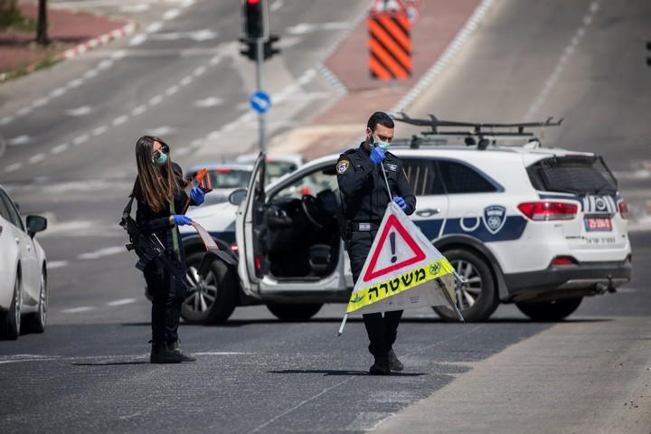 מחסום משטרתי בירושלים, כדי לאכוף את הסגר שנועד למנוע את התפשטות הקורונה (צילום: יונתן זינדל / פלאש90)