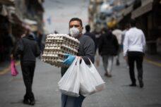 ישראלים קונים מזון בשוק מחנה יהודה בירושלים, ב-17 באפריל 2020 (צילום: נתי שוחט / פלאש90)