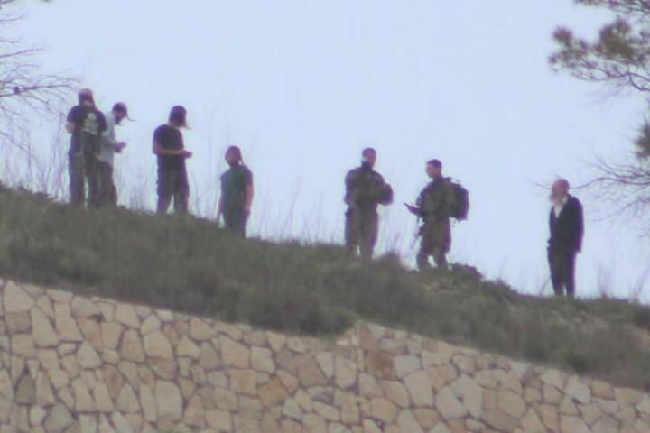 חיילים עומדים בסמוך למתנחלים שהגיעו מכיוון חומש ותקפו בבורקה (צילום: תושב בורקה)