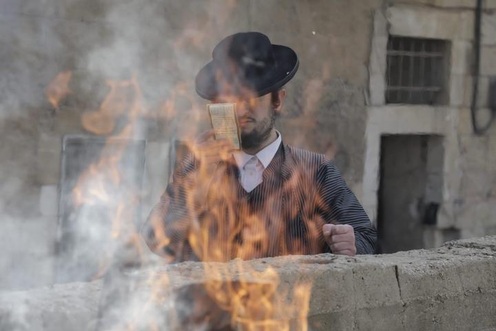 שריפת חמץ בבני ברק, ב-8 באפריל 2020 (צילום: אורן זיו)