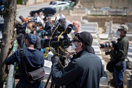 צלמים מסקרים את הלווייתו של הרב הראשי לישראל לשעבר, אליהו בקשי דורון, ב-13 באפריל 2020 (צילום: אורן זיו)