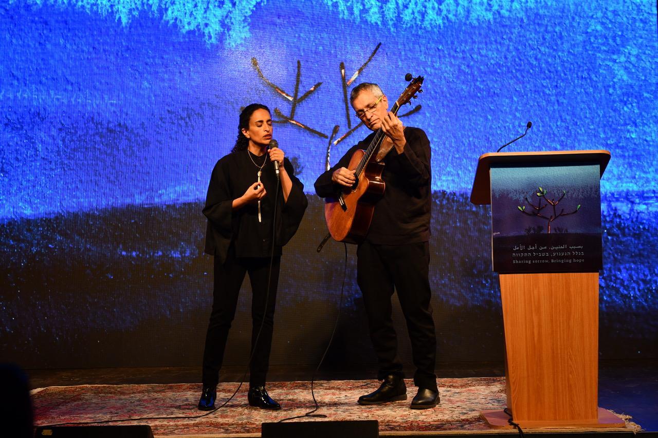 אחינועם ניני בביצוע ל״שיר משמר״ של נתן אלתרמן בטקס הזיכרון הישראלי פלסטיני (צילום: רמי בן-ארי, לוחמים לשלום)