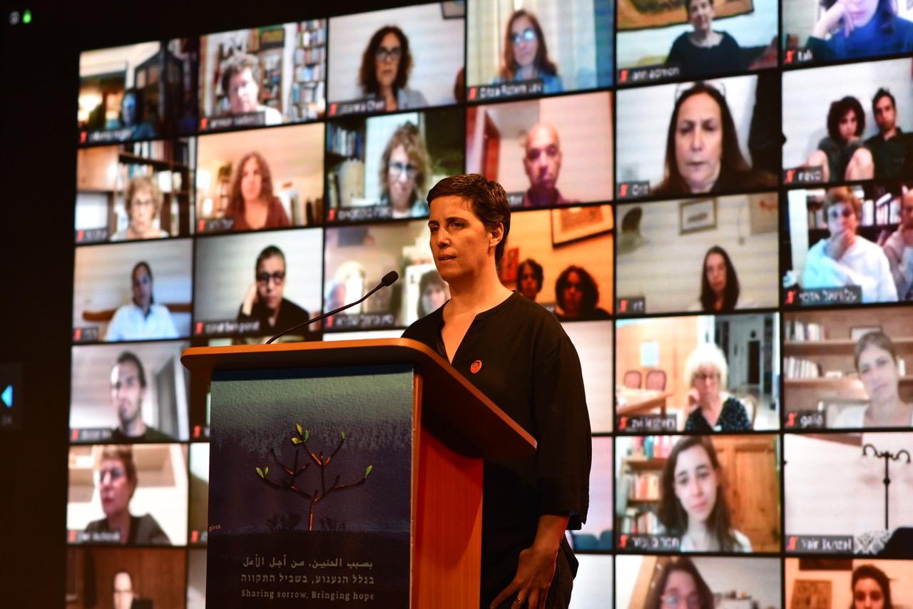 טל כפיר-שור מירושלים, ששכלה את אחותה, יעל, בפיגוע בצריפין בספטמבר 2003, בטקס הזיכרון הישראלי פלסטיני (צילום: רמי בן-ארי, לוחמים לשלום)