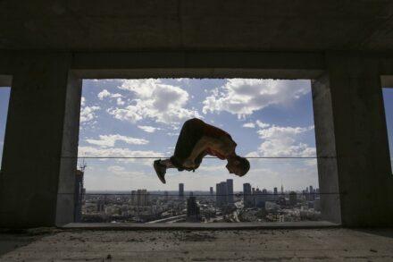 """""""קפיצת בודהה אורבנית"""" על גג בתל-אביב. (נתי שוחט / פלאש 90)"""