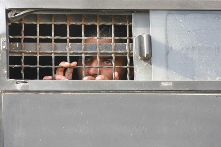 223 אסירים פלסטינים מתו בכלא הישראלי מאז 1967. אסיר פלסטיני מובל למעצר (צילום: מיכל פתאל / פלאש 90)