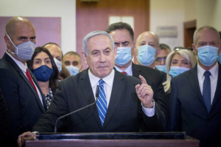 למקופחים אין צוות שרים עטויי מסכות שעומדים מאחוריהם. נתניהו עם פתיחת משפטו בירושלים (צילום: יונתן זינדל / פלאש 90)