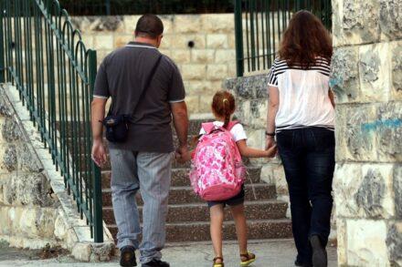 הורים מתקוממים נגד המורות, במקום נגד המערכת. הורים מלווים את בתם לבית ספר. למצולמים אין קשר לכתבה (צילום: יוסי זמיר / פלאש 90)