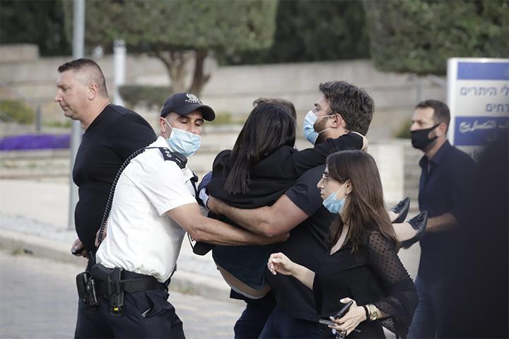 """ח""""כ ע'דיר כמאל מריח מכחול לבן נחבלה בעת פריצת מחסום המשטרה בהפגנה (צילום: אורן זיו)"""