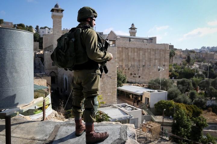 ההיסטוריה מלמדת ששינוי בחברון משפיע על ירושלים. חייל על רקע מערכת המכפלה (צילום: ויסאם השלאמון / פלאש 90)