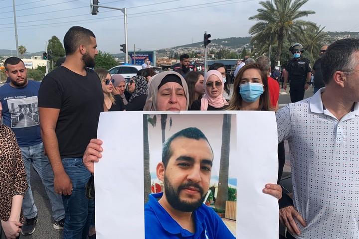 """""""המסר הוא שדם ערבי זול"""". מפגינים בכניסה לבית החולים תל השומר (צילום: דוברות הרשימה המשותפת)"""