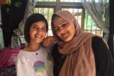 לא יכולות לתאר לעצמן חיים מחוץ לבית בסילוואן. אמל סומרין ונכדתה דיאנה (צילום: הרב קרל פרקינס)