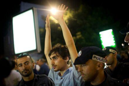 מפגין במחאת שמאל על המתקפה על עזה ב-2014 (צילום: אורן זיו)