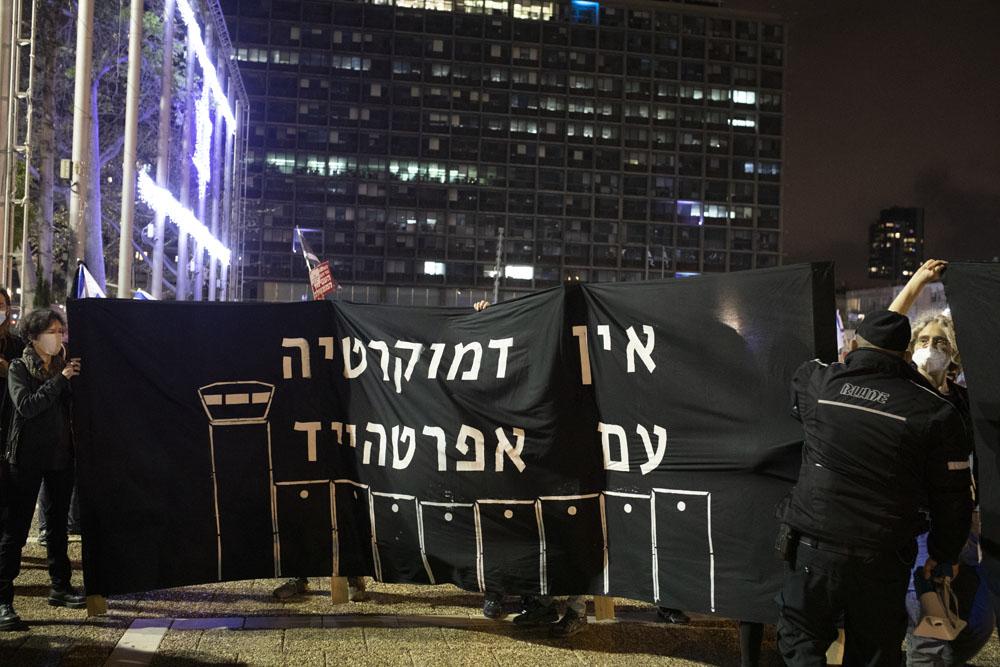 מחאה נגד הכיבוש במהלך הפגנת התנועה לאיכות השלטון בכיכר רבין, 9 במאי 2020 (צילום: אורן זין)